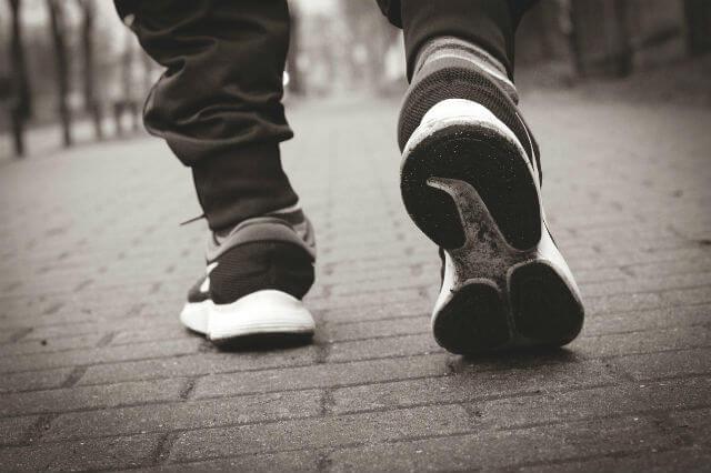 ランニングシューズを履く人の足元