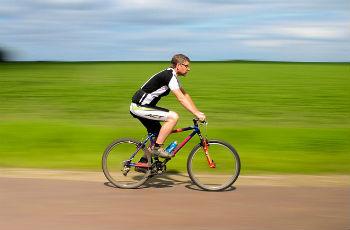 自転車を漕いでいる人
