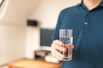 水を飲む男性