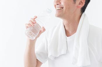 水を持つ男性