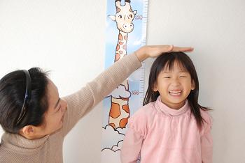 身長を計る子供