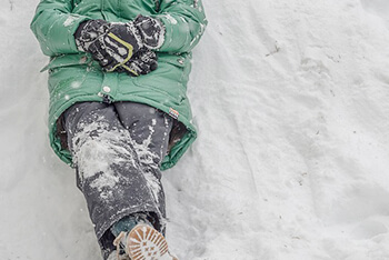 雪の上で休む人