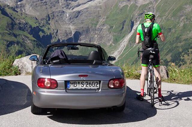 自動車とロードバイク