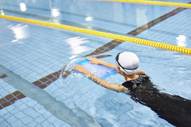 プールを泳ぐ人