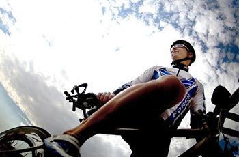 自転車に乗る選手