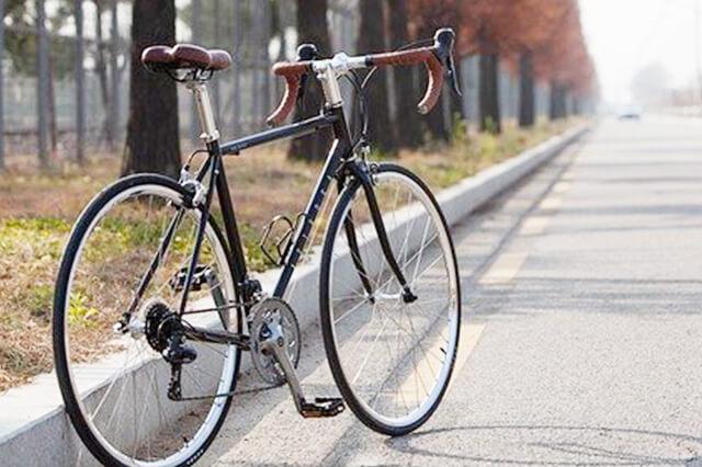道に停められたロードバイク