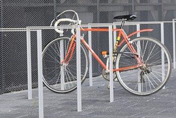 停められているロードバイク