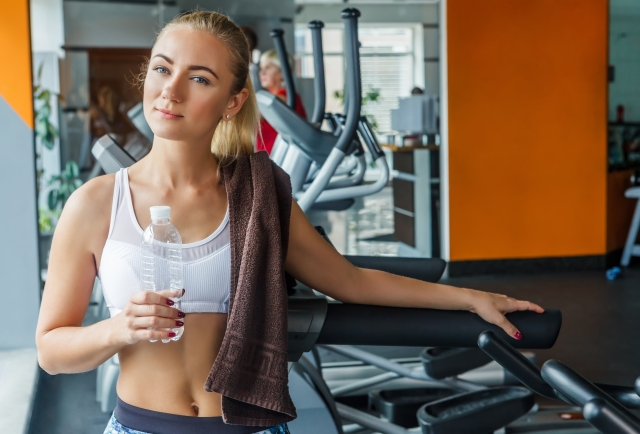 トレーニング女性とペットボトル