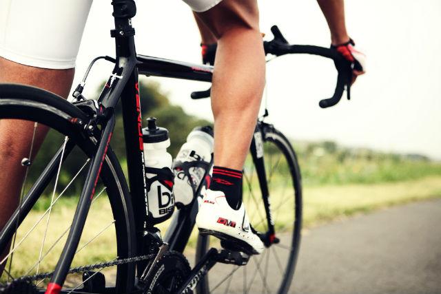 自転車を漕ぐ足元